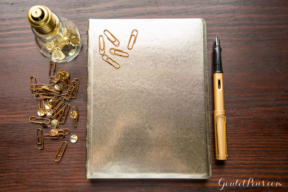 Agenda Notebook Saffiano Metallic cu spirala si rezerve A5 Gold FILOFAX